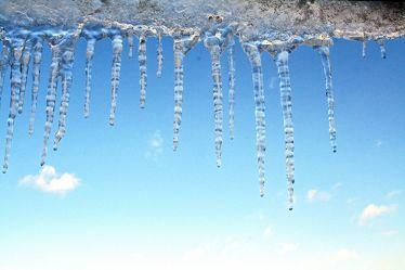 Bild mit Natur, Elemente, Wasser, Landschaften, Himmel, Jahreszeiten, Winter, Wetter, Schnee, Blau, Höhlen, Tropfsteinhöhlen, Stalaktiten