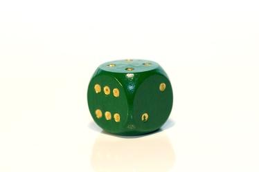 Bild mit Farben, Gegenstände, Grün, Weiß, Haushalt, Spiele und Spielzeuge, Möbel, Tische, Würfel, Spielwürfel, Glückswürfel, 6er Würfel, Spiel, grüner Würfel
