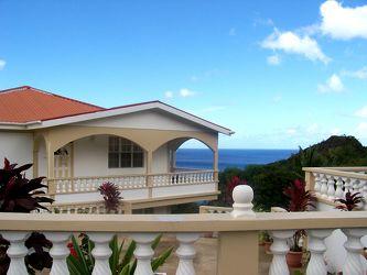 Bild mit Natur, Himmel, Aktivitäten, Urlaub, Architektur, Bauwerke, Gebäude, Hütten, Gebäudeteile, Häuser, Balkone