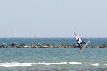 Bild mit Natur,Wasser,Landschaften,Himmel,Gewässer,Meere,Brandung,Wellen,Aktivitäten,Sport,Wassersport,Surfen,Windsurfen,Kitesurfen,Ostsee,Meer,See