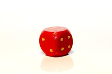 Bild mit Farben, Orange, Gegenstände, Weiß, Rot, Spiele und Spielzeuge, Würfel, Spielewürfel, Spielwürfel, Glückswürfel, Würfelspiel, 6er Würfel, roter Würfel, roter Würfel vor weißem Hintergrund